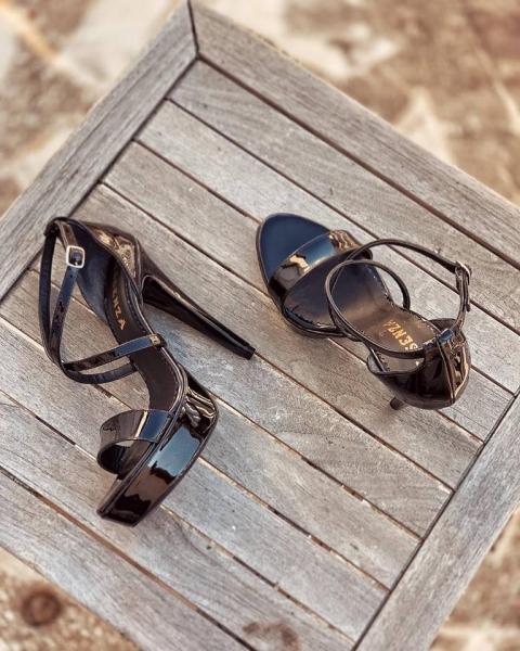 Sandale din piele lacuita neagra, cu barete incrucisate 0