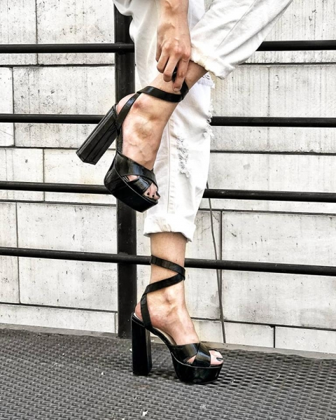 Sandale din piele neagra texturata, cu toc gros patrat si platforma 0