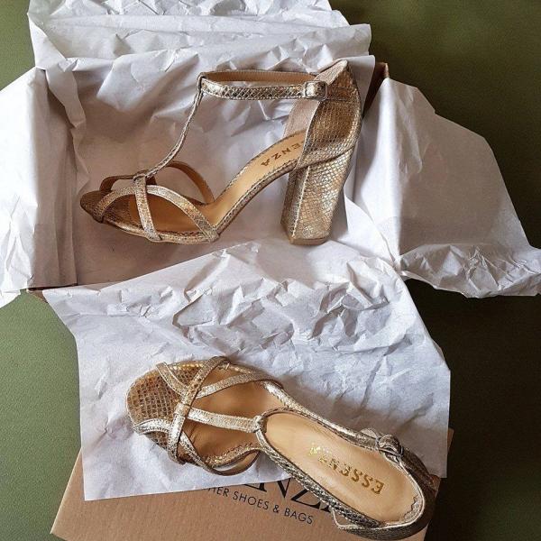 Sandale cu toc patrat, din piele aurie cu textura de piele de sarpe. 0