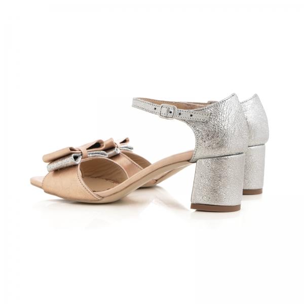 Sandale din piele laminata argintie si roze, cu funde duble. 3